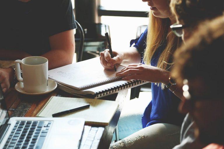 pessoas conversando e fazendo anotações