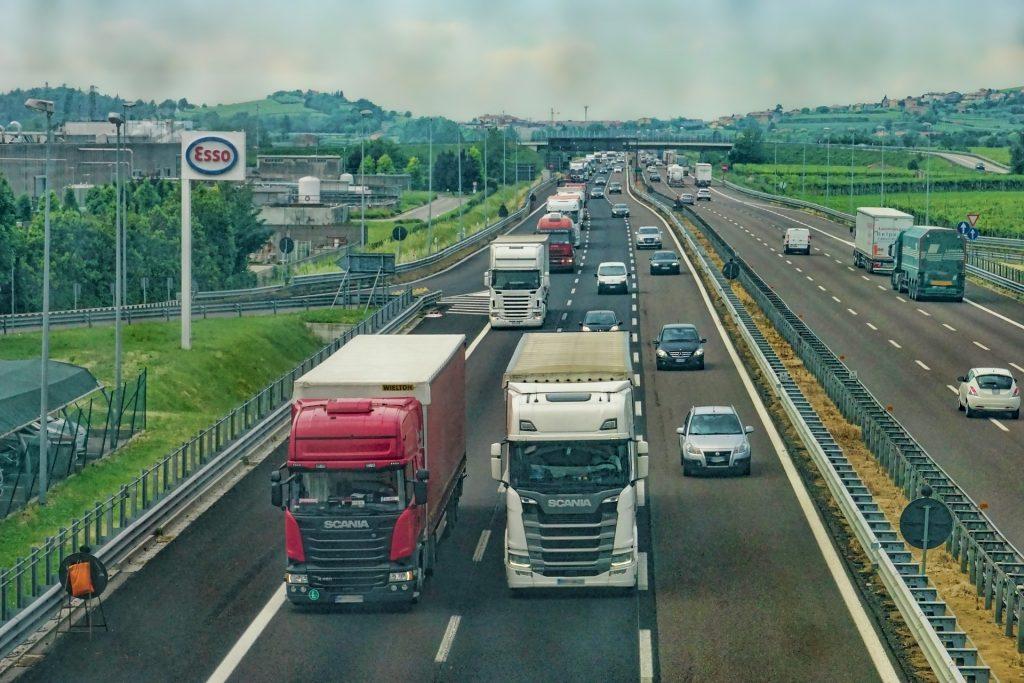 Estrada com vários carros e caminhões gerenciados por gestão de frotas
