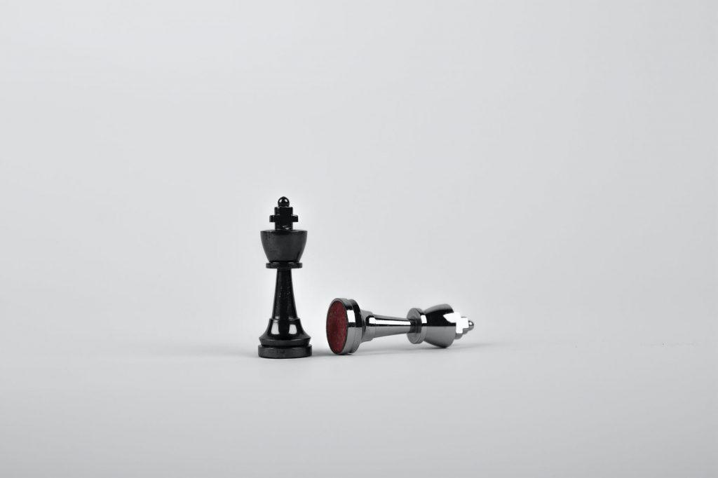Um homem jogando xadrez com uma peça.